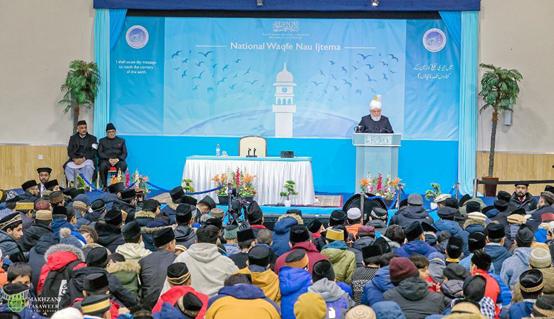 إمام الجماعة الإسلامية الأحمدية العالمية يخطب في اجتماع الواقفين ناو في لندن