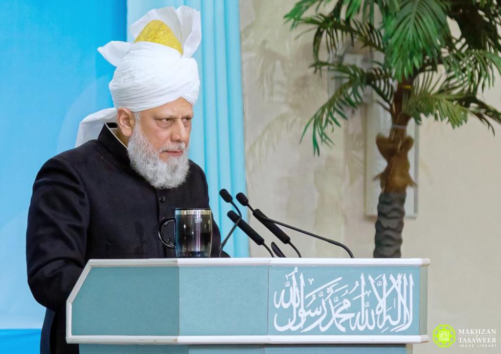 إمام الجماعة الإسلامية الأحمدية العالمية يلقي الخطاب الختامي في اجتماع الواقفات ناو الوطني في لندن