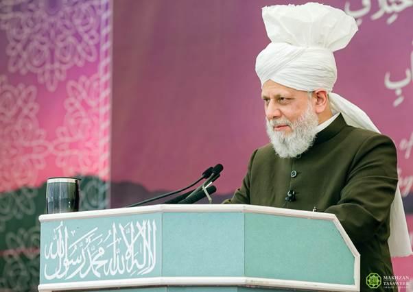إمام الجماعة الإسلامية الأحمدية العالمية يختتم اجتماع لجنة إماء الله في المملكة المتحدة بخطابٍ ملهم