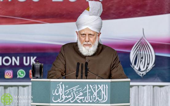 إمام الجماعة الإسلامية الأحمدية يقوم بجولة تفقدية قبل بدء الجلسة السنوية في المملكة المتحدة لعام 2019
