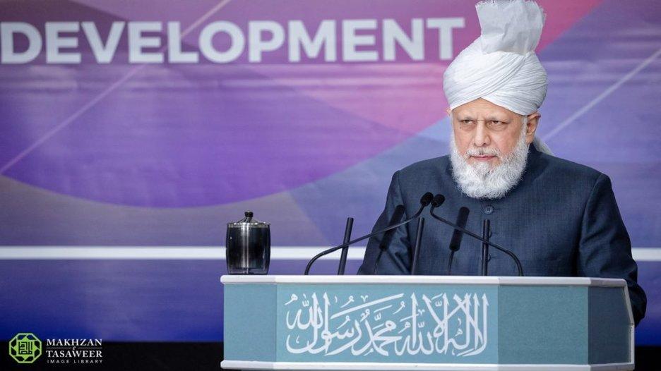 إمام الجماعة الإسلامية الأحمدية يخطب في الجلسة الختامية للندوة السنوية لرابطة المهندسين والمعماريين الأحمديين (IAAAE)