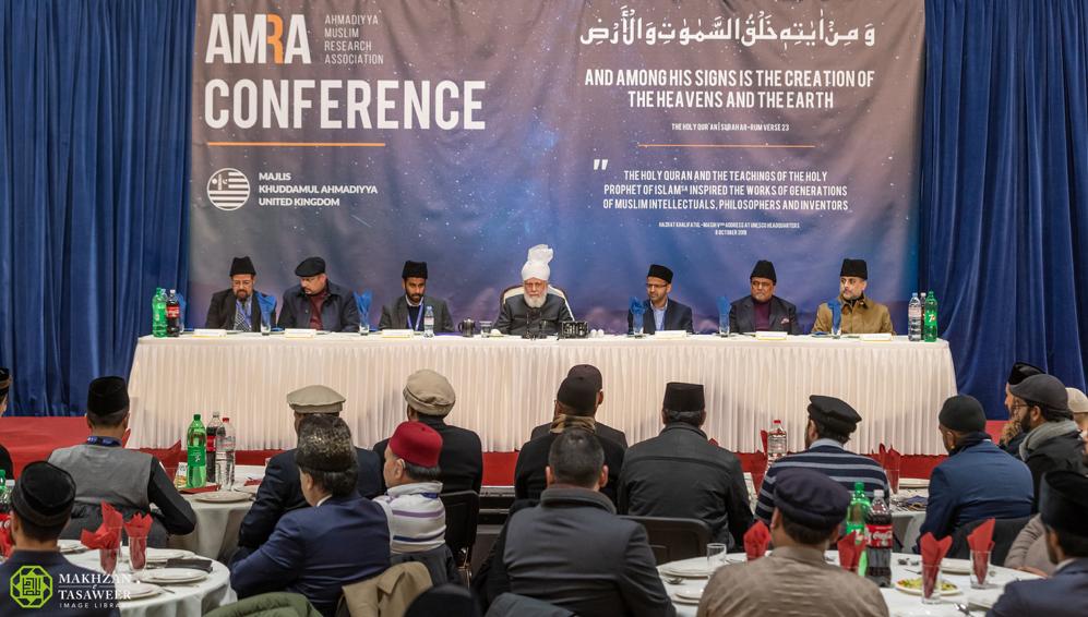 إمام الجماعة الإسلامية الأحمدية يلقي الخطاب الرئيس في المؤتمر الدولي الأول للجمعية الإسلامية الأحمدية للبحوث