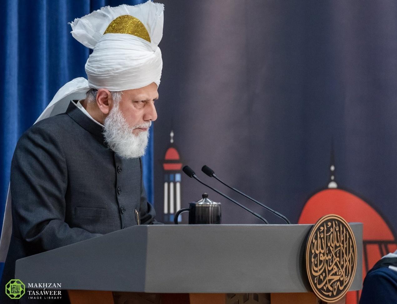إمام الجماعة الإسلامية الأحمدية العالمية يخطب في المنتدى السنوي لقادة مجلس خدام الأحمدية