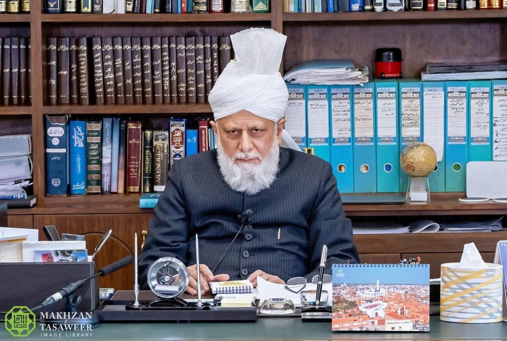 عضوات الهيئة الإدارية في لجنة إماء الله في كندا يحضرن أول اجتماع افتراضي لهيئة إدارية مع إمام الجماعة الإسلامية الأحمدية العالمية