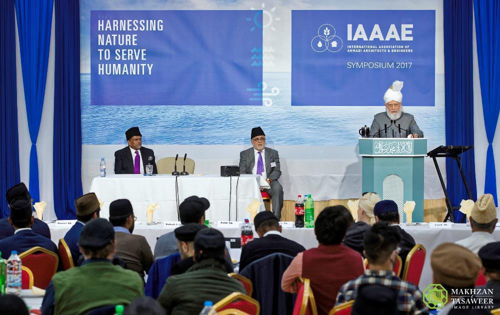 إمام الجماعة الإسلامية الأحمدية العالمية يختتم الندوة السنوية لرابطة IAAAE
