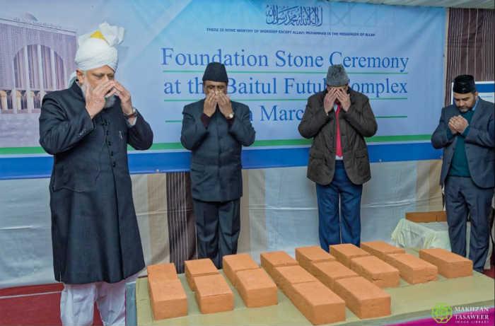 إمام الجماعة الإسلامية الأحمدية يضع حجر الأساس للمبنى الإداري الجديد في مجمع مسجد بيت الفتوح
