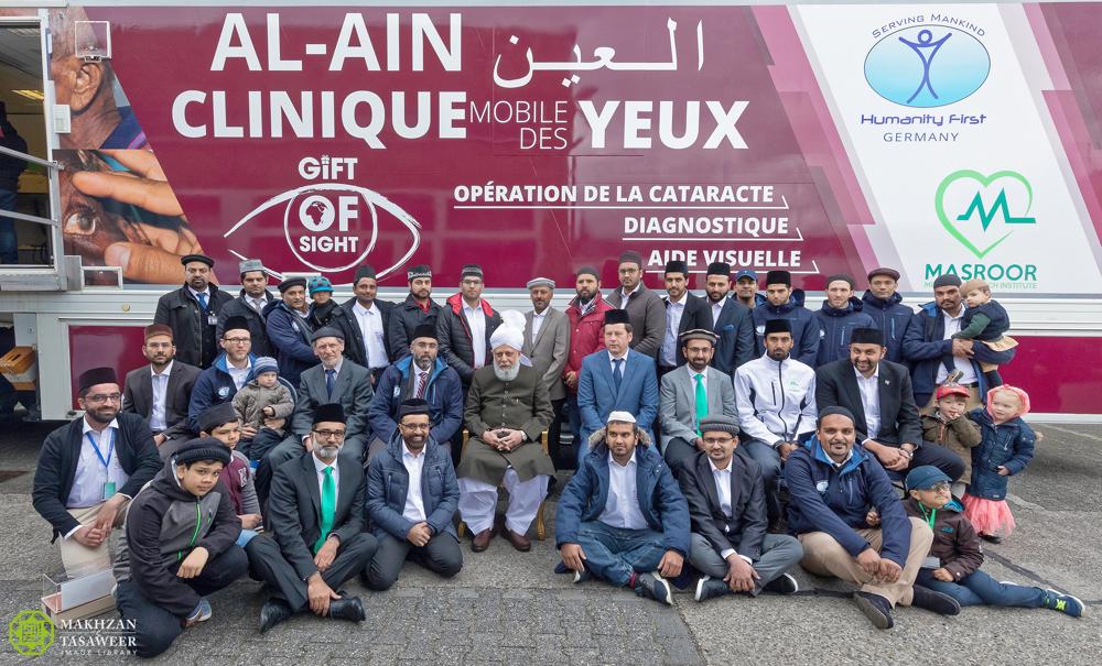 إمام الجماعة الإسلامية الأحمدية العالمية يفتتح عيادة العين المتنقلة ستوفر العيادة العلاج لأمراض العين الأساسية للمرضى في إفريقيا