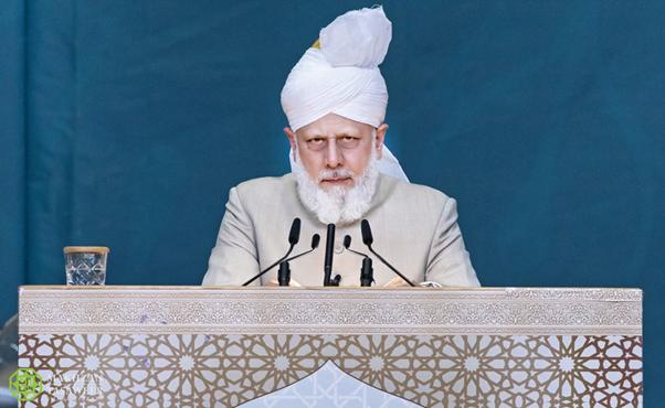 إمام الجماعة الإسلامية الأحمدية العالمية يقوم بجولة تفقدية قبل بدء الجلسة السنوية في كارلسروه في ألمانيا لعام 2019