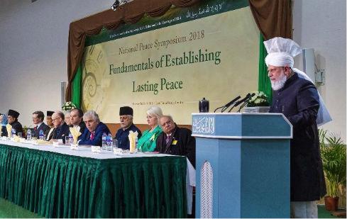 إمام الجماعة الإسلامية الأحمدية يقول: إن الوقت قد حان لوقف لوم المسلمين فقط على مشاكل العالم