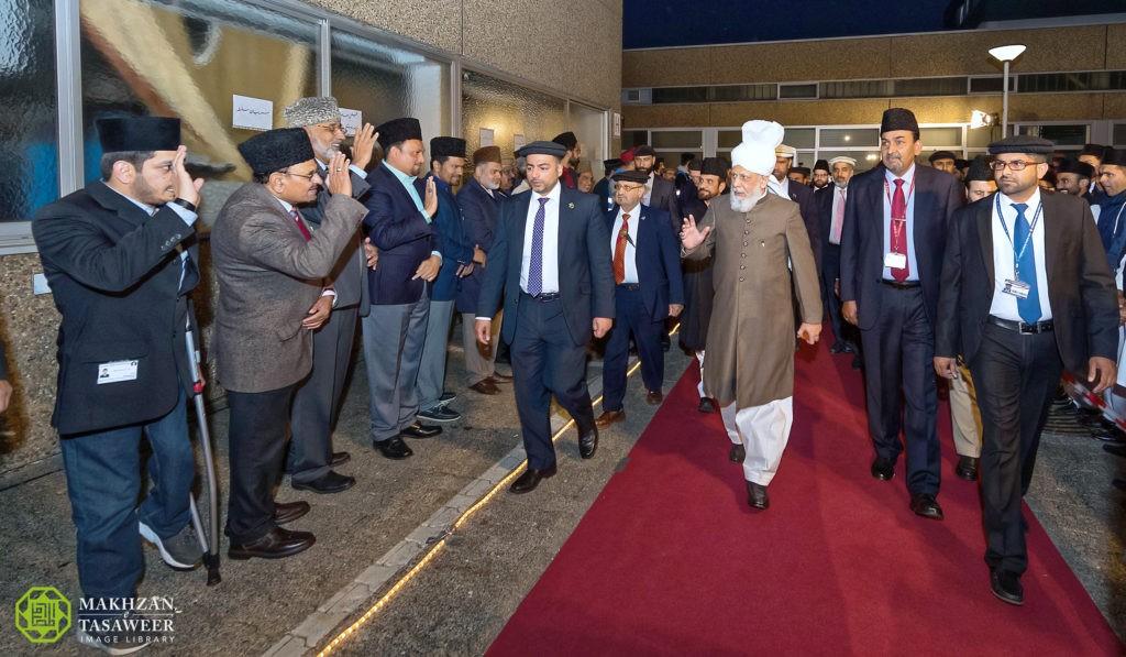 إمام الجماعة الإسلامية الأحمدية العالمية يصل ألمانيا