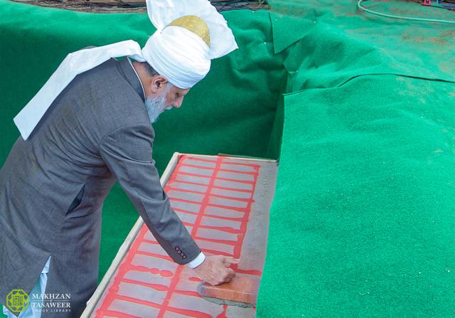 إمام الجماعة الإسلامية الأحمدية العالمية يضع حجر الأساس لمسجد جديد في راونهايم في ألمانيا`